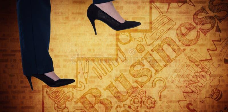 Imagen compuesta de la imagen conceptual de la empresaria en los talones que suben pasos imagen de archivo libre de regalías