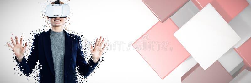 Imagen compuesta de la empresaria feliz que gesticula mientras que lleva los vidrios del vr imagen de archivo