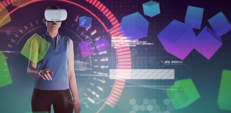Imagen compuesta de la empresaria que gesticula mientras que lleva los vidrios de la realidad virtual fotos de archivo
