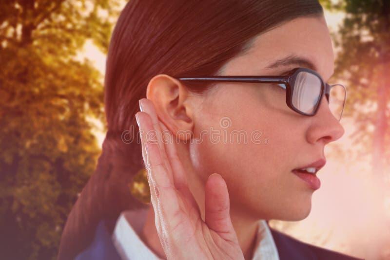Imagen compuesta de la empresaria que intenta escuchar imagenes de archivo