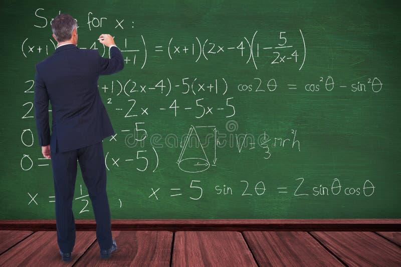 Imagen compuesta de la escritura del hombre de negocios con tiza en el fondo blanco imagen de archivo libre de regalías