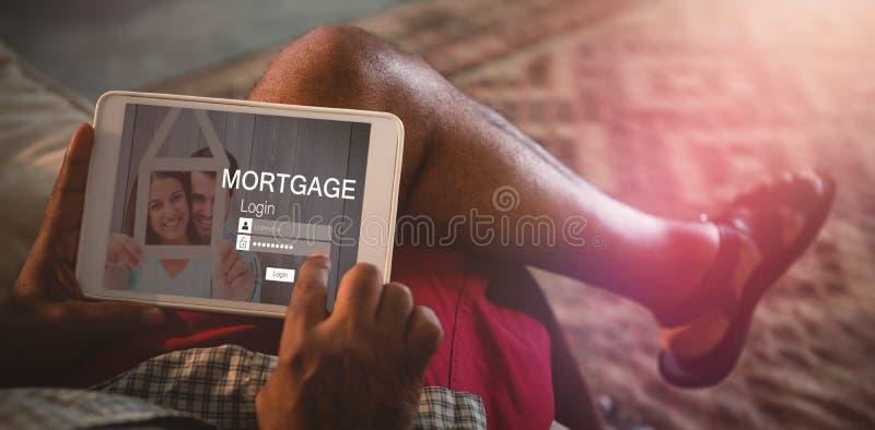 Imagen compuesta de la imagen gráfica de la página de inicio de sesión y de los pares de la hipoteca que sostienen la casa modelo ilustración del vector