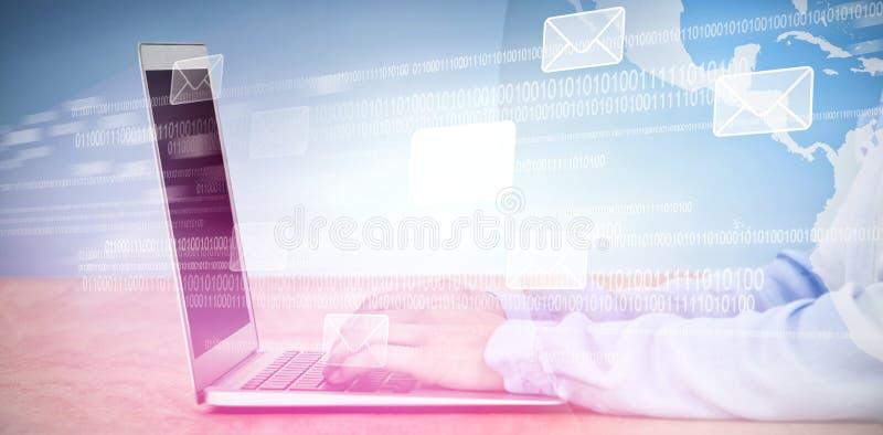 Imagen compuesta de la imagen cosechada de la empresaria que usa el ordenador portátil fotos de archivo