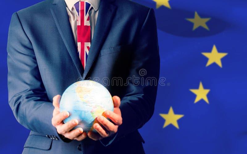 Imagen compuesta de la mano del hombre de negocios que sostiene el globo terrestre fotografía de archivo libre de regalías