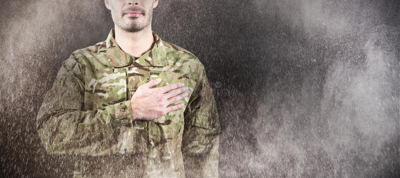 Imagen compuesta de la mediados de sección del soldado que toma juramento foto de archivo