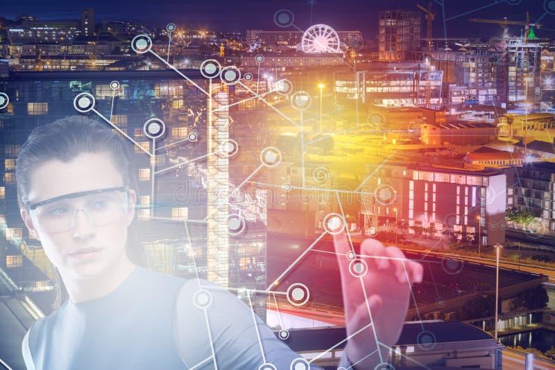 Imagen compuesta de la mujer hermosa que señala mientras que usa los vidrios 3d de la realidad virtual imagen de archivo libre de regalías
