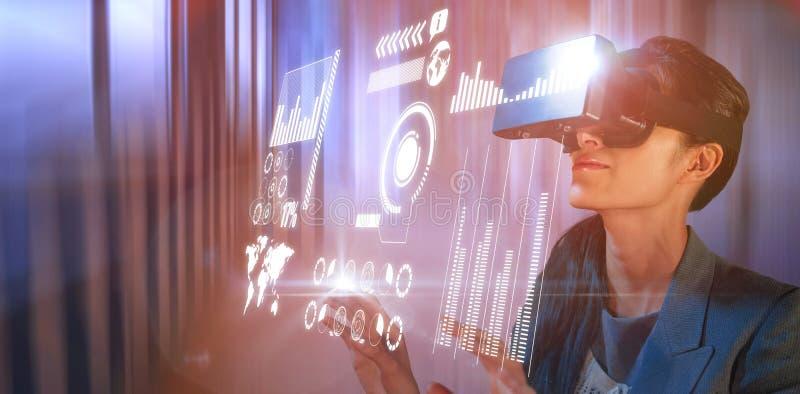 Imagen compuesta de la mujer joven que lleva los vidrios negros del simulador de la realidad virtual foto de archivo