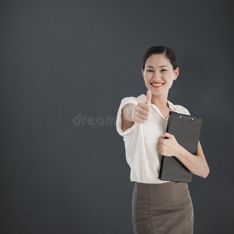Imagen compuesta de la mujer que gesticula los pulgares para arriba con entrevista que espera de la gente para imagen de archivo libre de regalías
