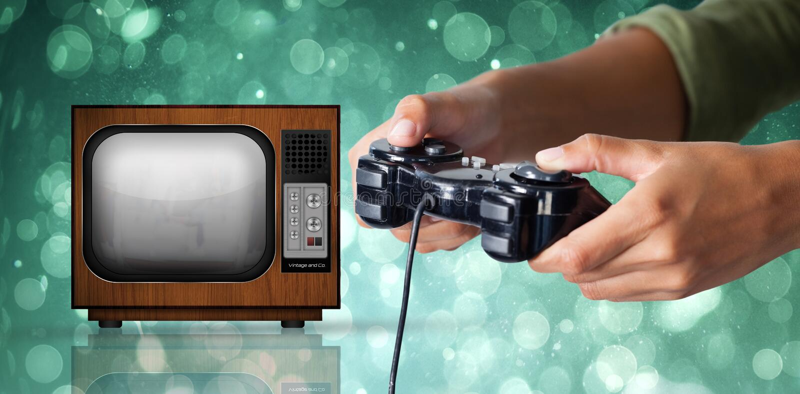 Imagen compuesta de la mujer que juega al videojuego contra el fondo blanco foto de archivo