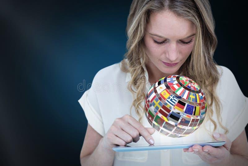 Imagen compuesta de la mujer que usa la PC de la tableta fotos de archivo