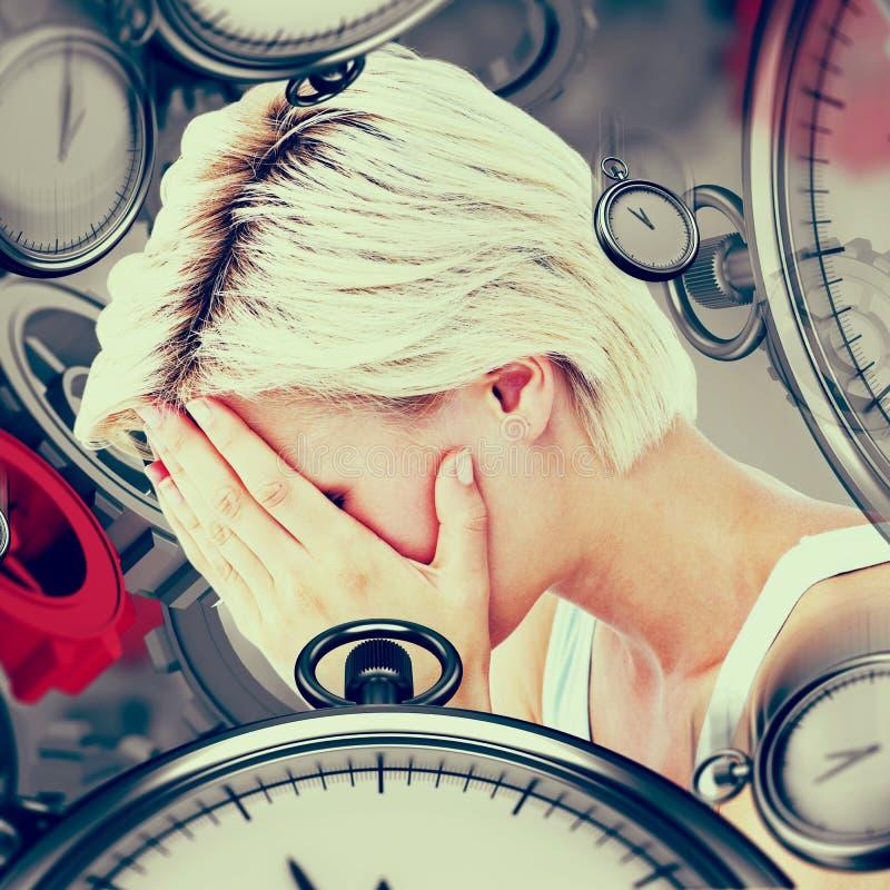 Imagen compuesta de la mujer rubia triste que llora con la cabeza en las manos fotos de archivo