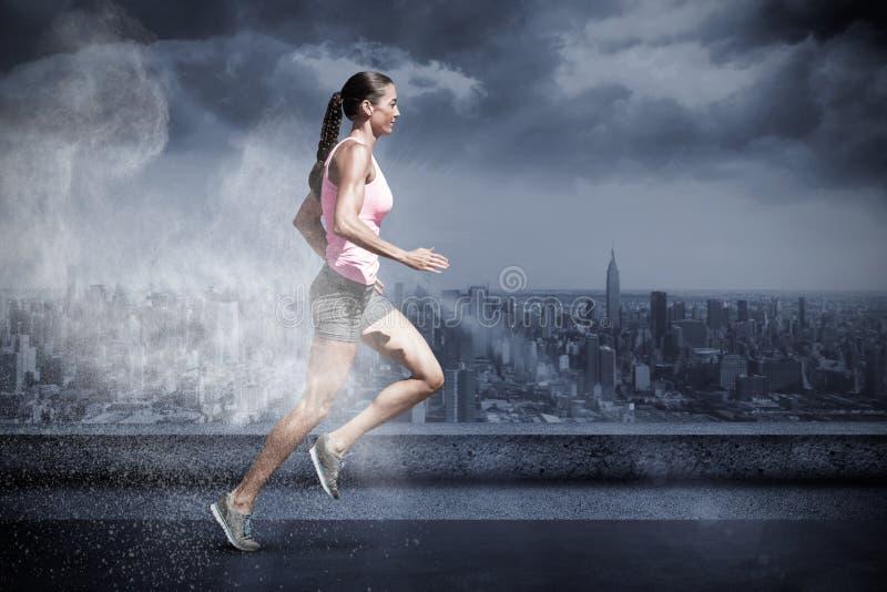 Imagen compuesta de la opinión del perfil la deportista que corre en un fondo blanco fotos de archivo
