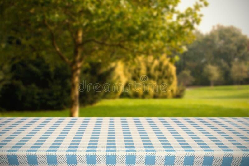Imagen compuesta de la parte del mantel azul y blanco fotos de archivo