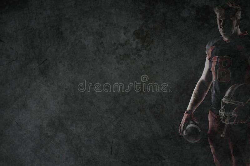 Imagen compuesta de la situación del jugador de fútbol americano con el casco y el fútbol fotografía de archivo