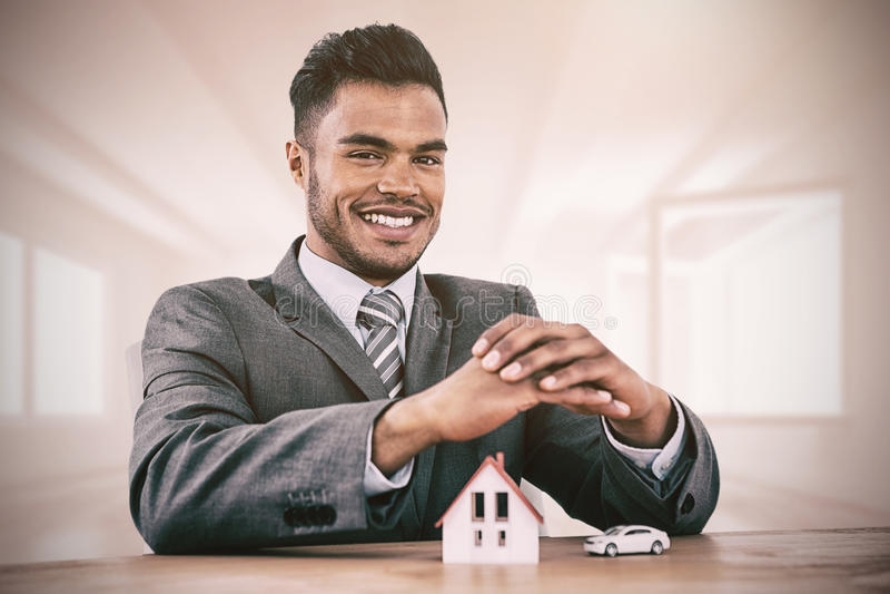 Imagen compuesta de la sonrisa del agente de la propiedad inmobiliaria fotos de archivo