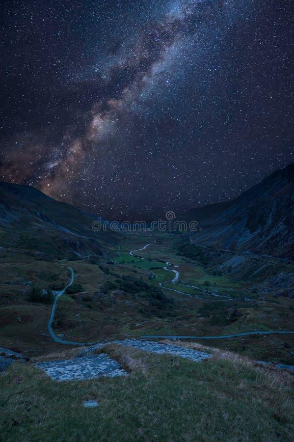Imagen compuesta de la vía láctea de Digitaces del landscap dramático hermoso imagen de archivo libre de regalías