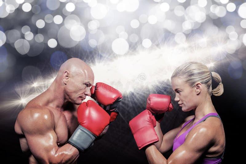 Imagen compuesta de la vista lateral de boxeadores con postura que lucha imágenes de archivo libres de regalías