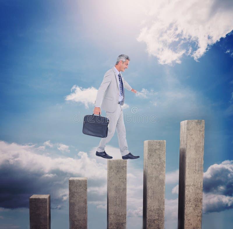 Imagen compuesta de la vista lateral del hombre de negocios que camina con la cartera sobre el fondo blanco foto de archivo