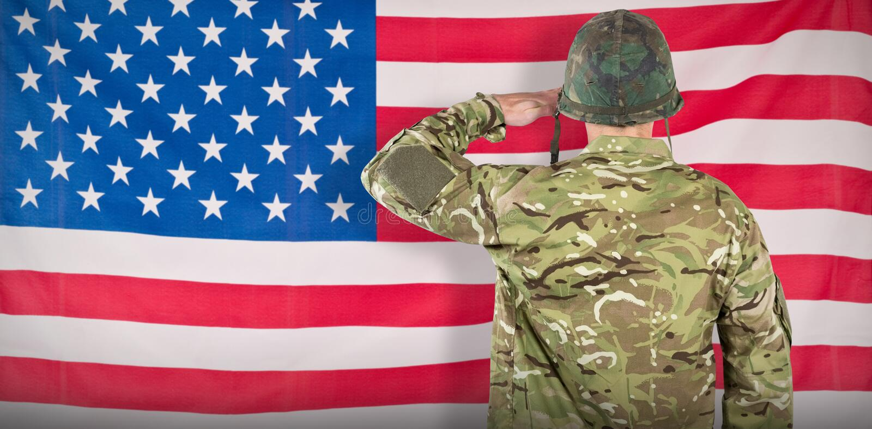 Imagen compuesta de la vista posterior de saludar militar del soldado foto de archivo libre de regalías