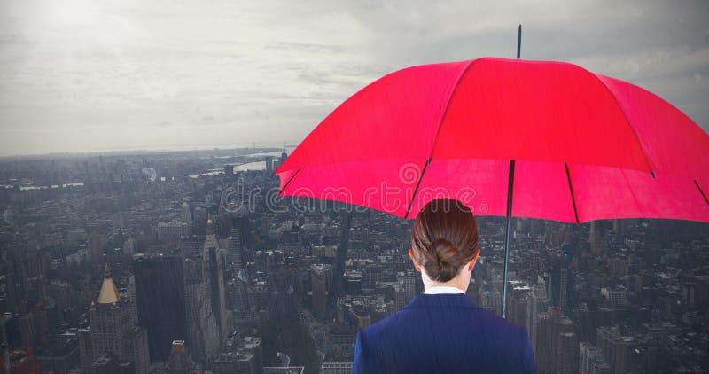 Imagen compuesta de la vista posterior integral de la empresaria que lleva el paraguas y la cartera rojos fotos de archivo