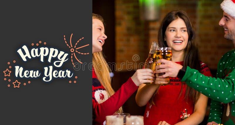 Imagen compuesta de los amigos alegres que tienen bebidas durante la Navidad ilustración del vector