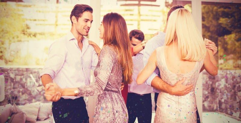 Imagen compuesta de los amigos jovenes que bailan en casa imagen de archivo libre de regalías