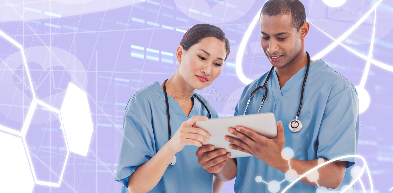 Imagen compuesta de los cirujanos que miran la tableta digital en hospital foto de archivo libre de regalías