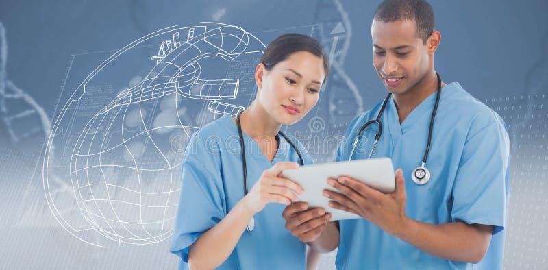Imagen compuesta de los cirujanos que miran la tableta digital en hospital foto de archivo