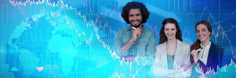 Imagen compuesta de los hombres de negocios felices que se colocan en el fondo blanco imagen de archivo