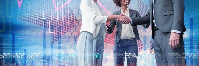 Imagen compuesta de los hombres de negocios que dan el apretón de manos mientras que se opone al fondo blanco fotos de archivo