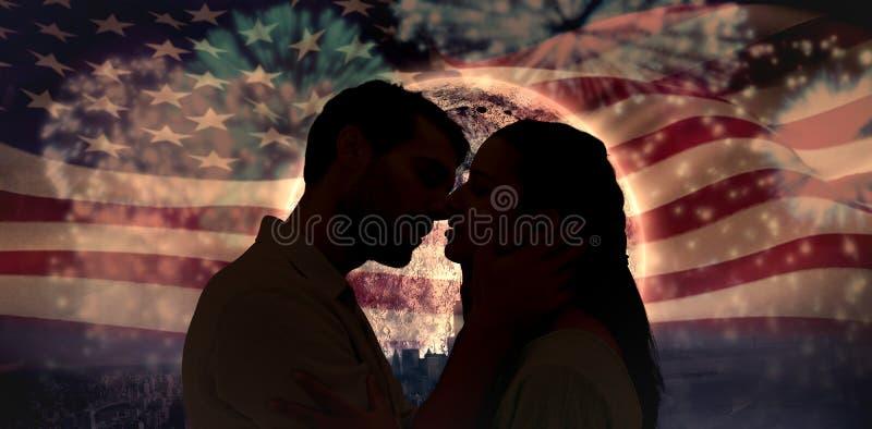 Imagen compuesta de los pares jovenes atractivos alrededor a besarse fotos de archivo