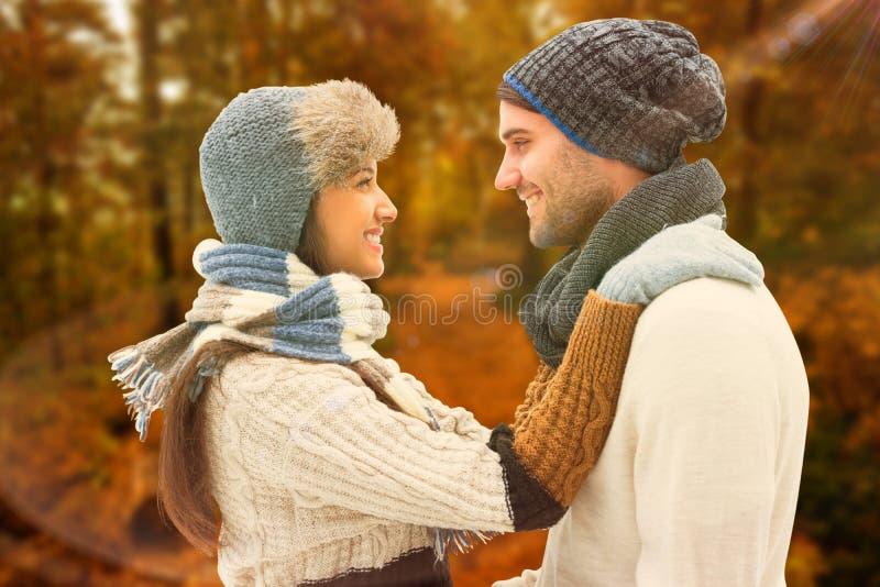 Imagen compuesta de los pares jovenes del invierno imágenes de archivo libres de regalías