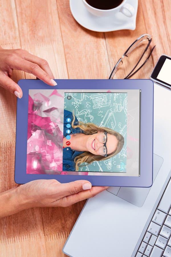 Imagen compuesta de los vidrios que llevan sonrientes del profesor delante de la pizarra foto de archivo