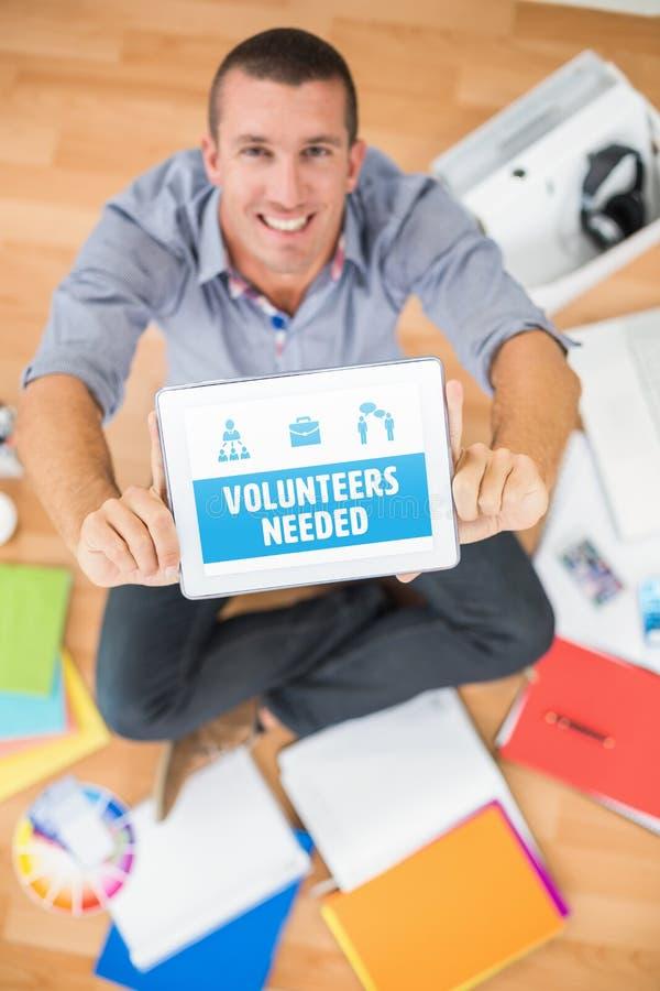 Imagen compuesta de los voluntarios del amarillo necesarios foto de archivo