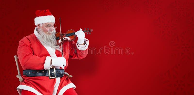 Imagen compuesta de Papá Noel sonriente que toca el violín en silla fotos de archivo