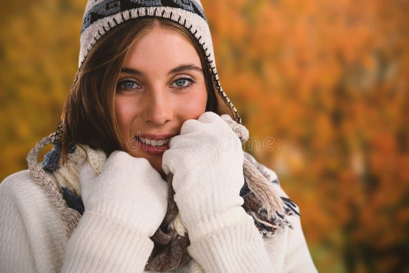 Imagen compuesta del cierre encima del retrato de la mujer joven sonriente en suéter imagenes de archivo