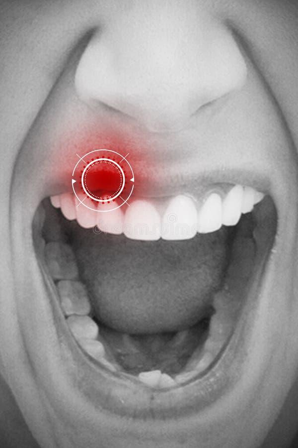 Imagen compuesta del cierre para arriba del grito femenino de la boca fotos de archivo