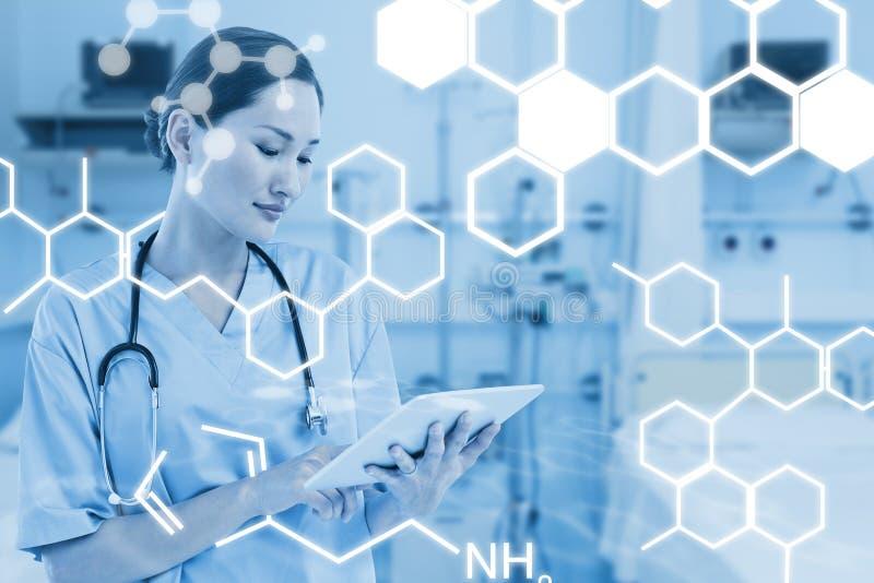 Imagen compuesta del cirujano que usa la tableta digital con el grupo alrededor de la tabla en hospital fotos de archivo
