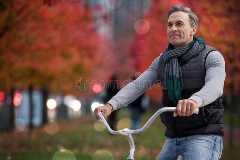Imagen compuesta del compuesto digital del hombre hermoso en un paseo de la bici imágenes de archivo libres de regalías