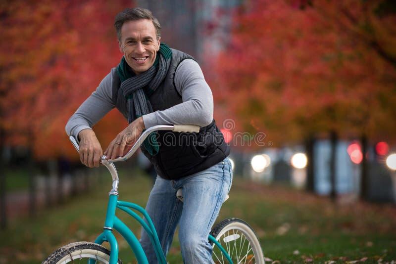 Imagen compuesta del compuesto digital del hombre hermoso en un paseo de la bici fotografía de archivo libre de regalías