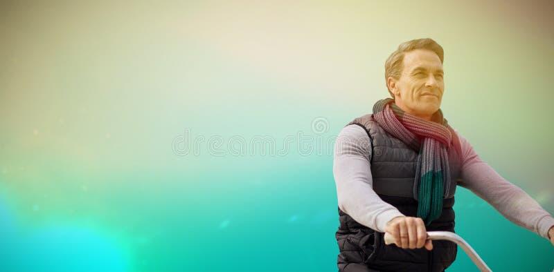 Imagen compuesta del compuesto digital del hombre hermoso en un paseo de la bici fotografía de archivo