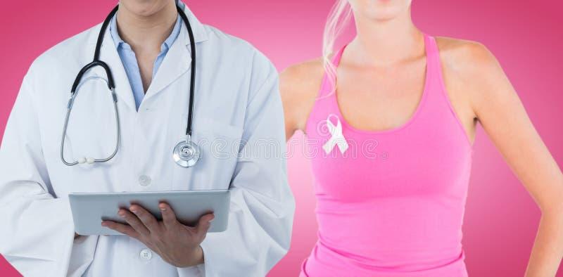 Imagen compuesta del doctor de sexo femenino hermoso que usa la tableta digital imagenes de archivo