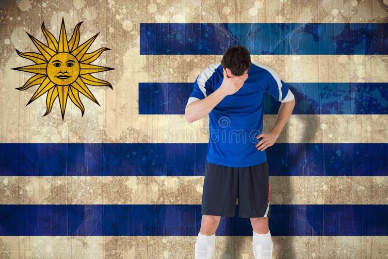 Imagen compuesta del futbolista decepcionado que mira abajo imagen de archivo