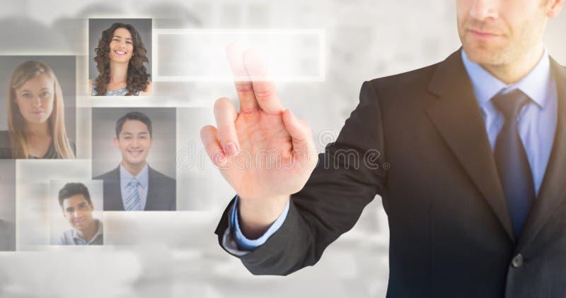 Imagen compuesta del hombre de negocios que señala estos fingeres en la cámara imagen de archivo