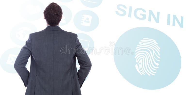 Imagen compuesta del hombre de negocios que se coloca con las manos en caderas foto de archivo