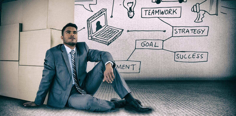Imagen compuesta del hombre de negocios que se inclina en las cajas de cartón contra el fondo blanco imagenes de archivo