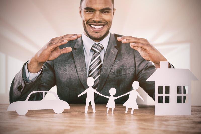 Imagen compuesta del hombre de negocios que sonríe detrás del ejemplo del coche, de la familia y de la casa ilustración del vector