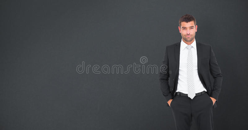 Imagen compuesta del hombre de negocios sonriente que mira la cámara imagen de archivo
