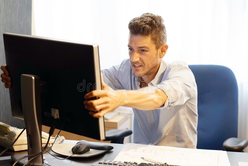 Imagen compuesta del hombre de negocios subrayada hacia fuera en el trabajo fotos de archivo