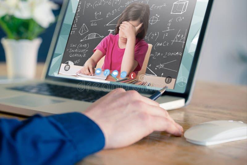 Imagen compuesta del hombre de negocios usando el ordenador portátil en oficina imagenes de archivo